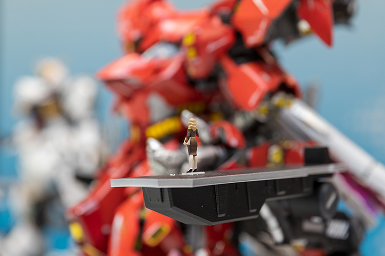 METAL STRUCTURE KAITAI-SHOU-KI MSN-04 SAZABI—Even the miniature figures, such as this one of Char Aznable giving a speech, have been made with attention to detail.