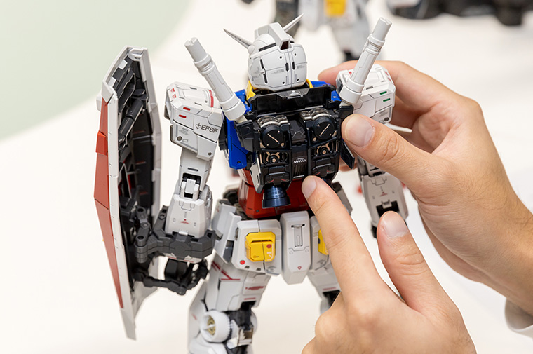 PERFECT GRADE UNLEASHED 1/60 RX-78-2GUNDAM—This model is colored with precision, and some metal parts are used to give it a more realistic texture.